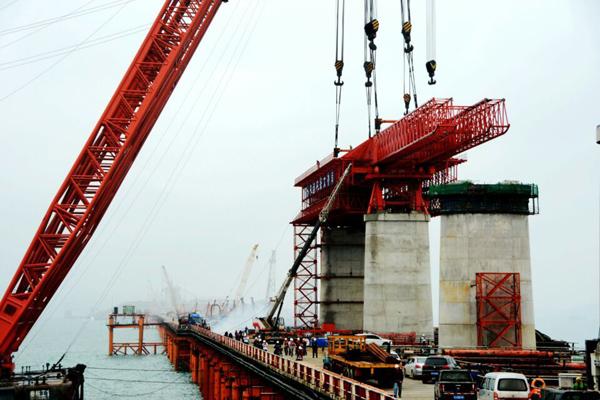 820吨超大箱梁移动模架首次在平潭海峡公铁两用大桥整体浮运吊装成功图片